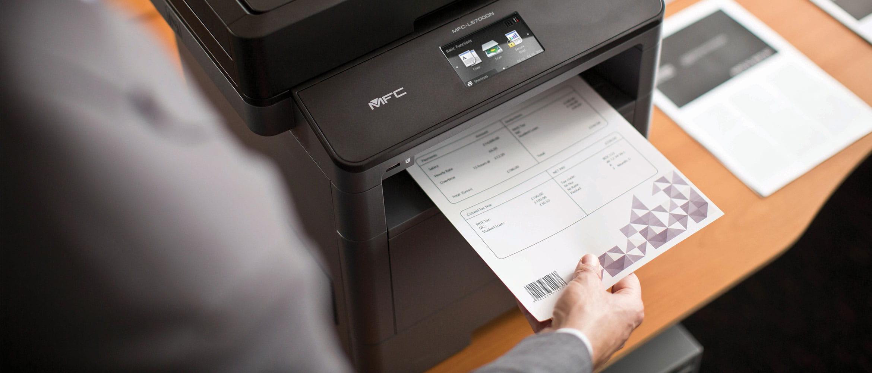 MFC-L5700DN urządzenie laserowe mono drukuje dokument z kodem kreskowym