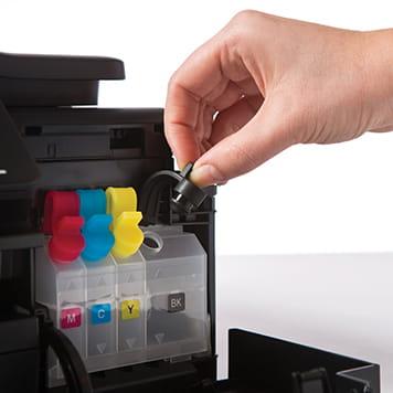 Zamykanie kartridża w drukarce Brother DCP-T300