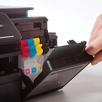 Otwieranie miejsca na kartridże w drukarce Brother DCP-T500W