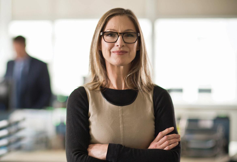 Uśmiechnięta kobieta w otoczeniu biurowym
