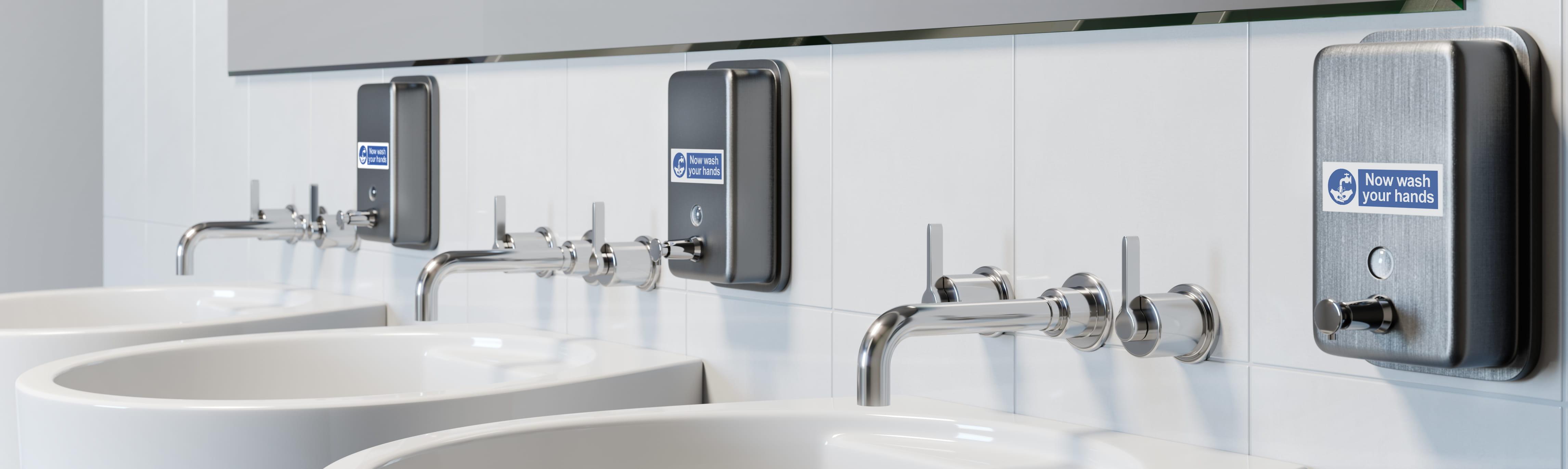 Trzy umywalki w łazience z etykietami Brother p-touch