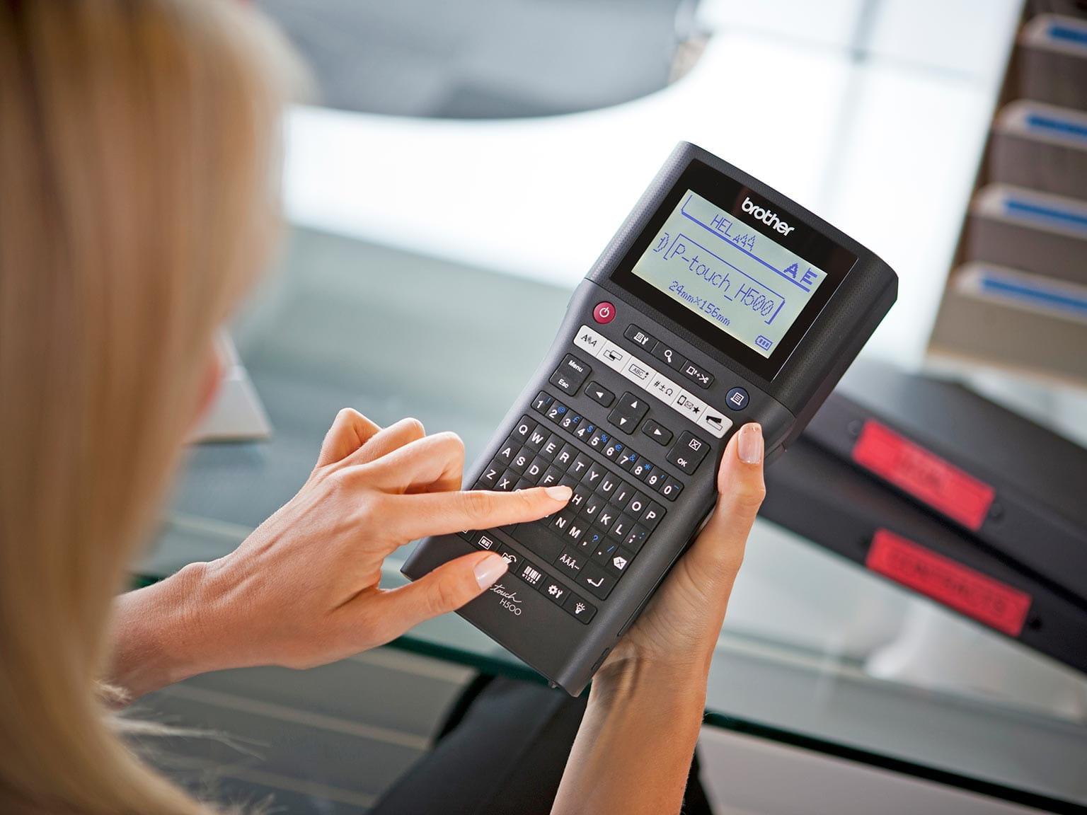 Drukarka etykiet P-touch H500 umożliwia drukowanie etykiet zarządcy obiektu