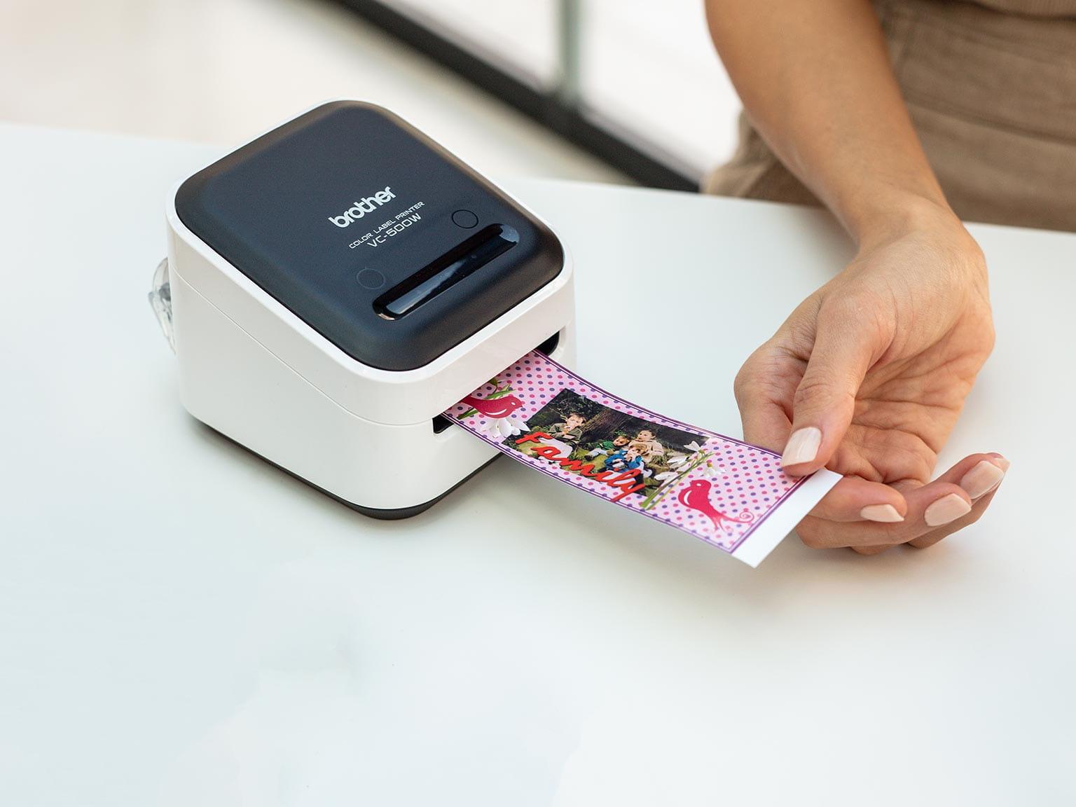 kolorowa drukarka etykiet Brother drukuje szeroką naklejkę z zdjęciem
