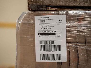4-calowa przemysłowa etykieta na brązowym spakowanym pudełku