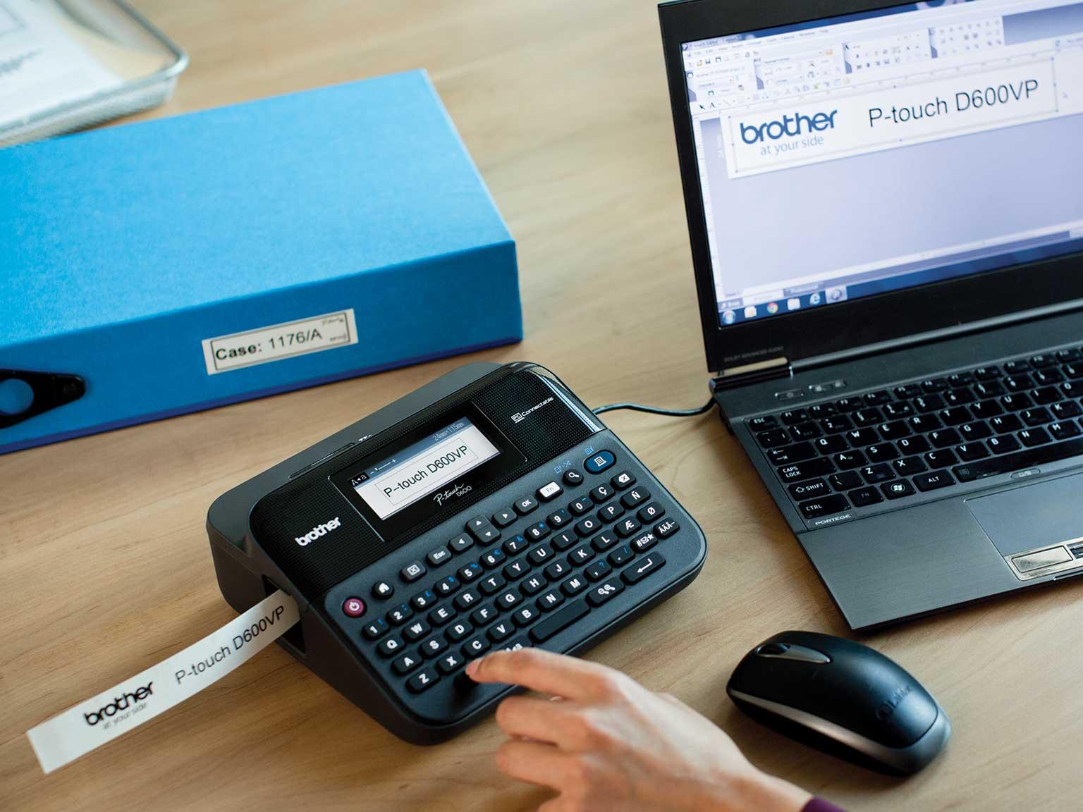 drukarke etykiet P-touch oferująca wytrzymałe naklejki stoi na biurku w biurzei jest podłączona do komputera