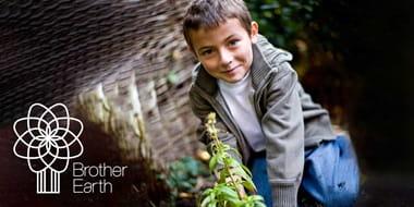 Chłopiec w ogrodzie