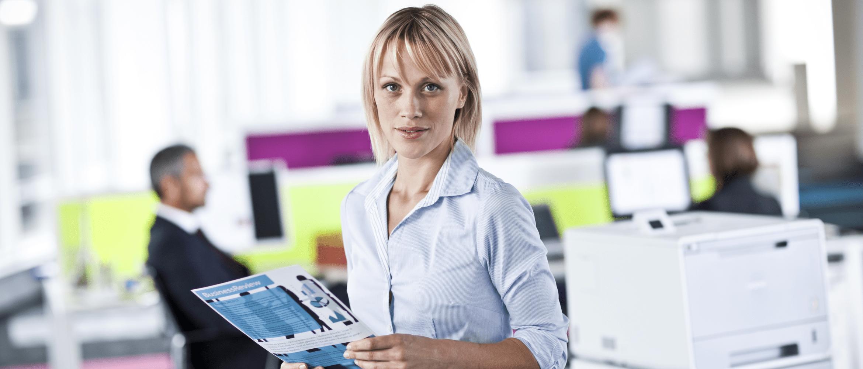 Kobieta w otoczeniu biurowym