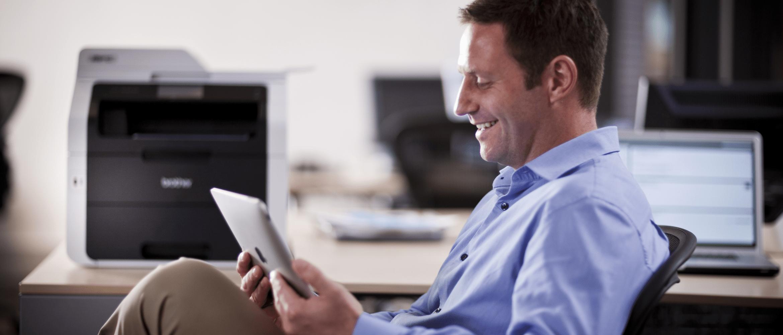 Mężczyzna w biurze czytający na iPadzie
