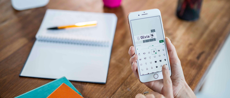 Kobieta projektująca etykiety na smartfonie za pomocą aplikacji P-touch Design&Print