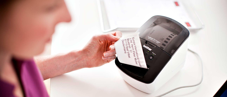 Pracownica drukuje etykietę adresową na modelu Brother QL