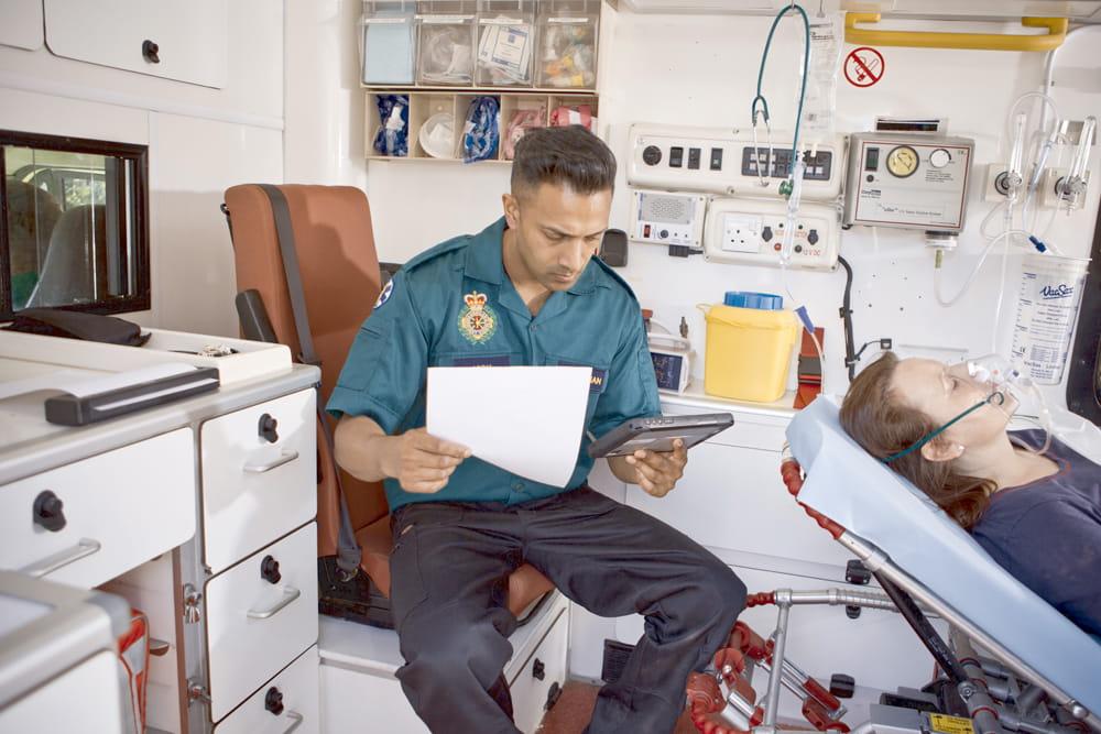 Sanitariusz używa drukarki PJ700 z tabletem