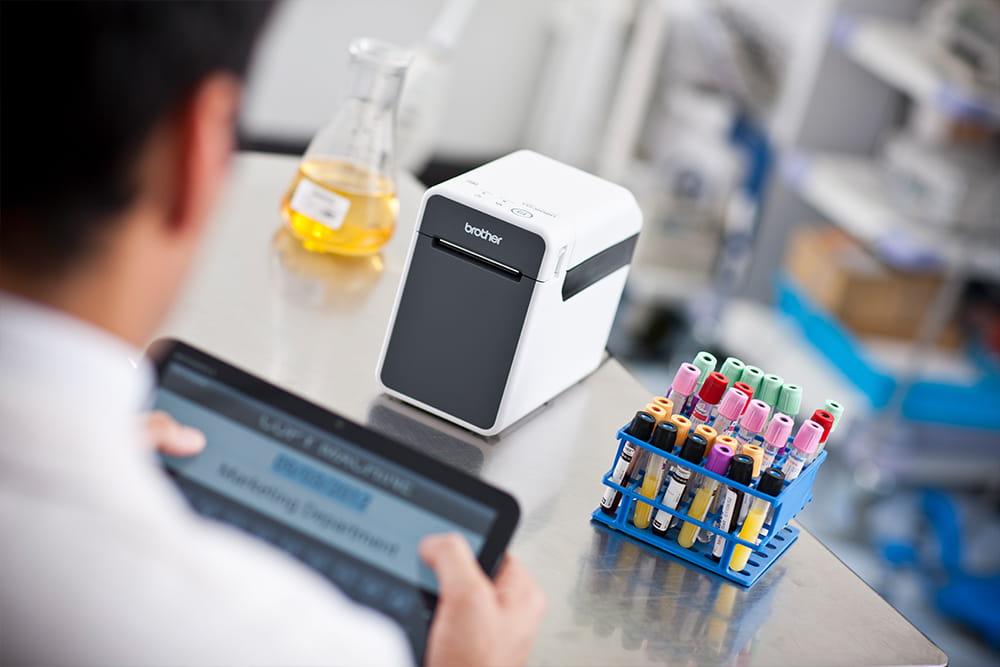 Technik laboratoryjny znakuje próbki