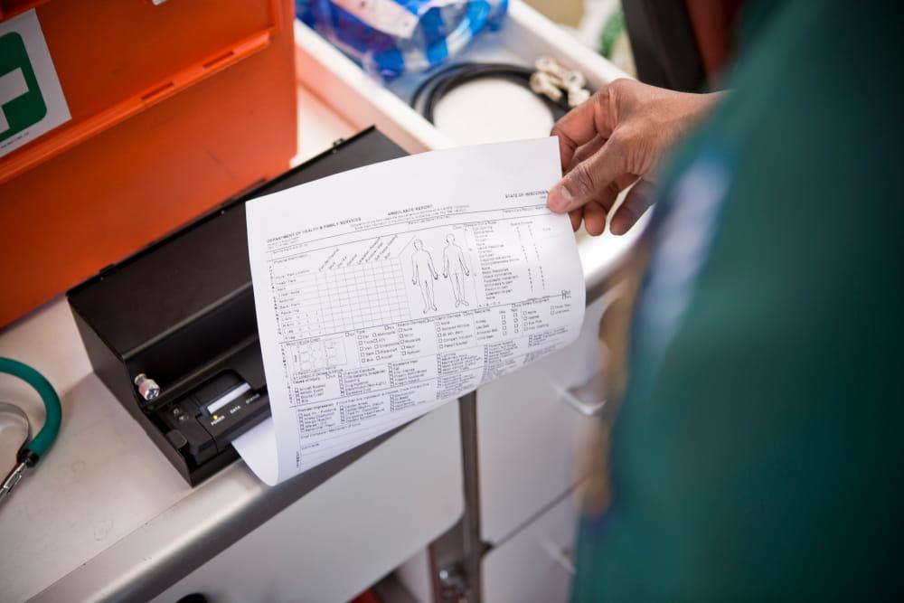 mężczyzna drukuje dokument A4 w karetce