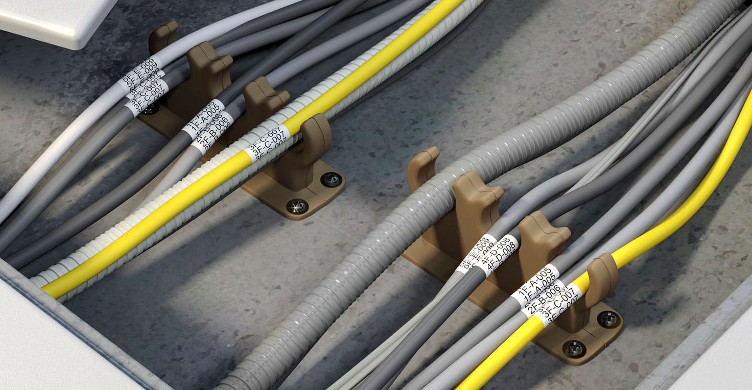 Kable CCTV z etykietą Brother Flexible-ID owinięte wokół, aby je zidentyfikować