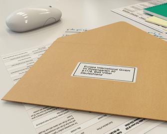 Etykieta adresowa przyklejona do koperty wydrukowana na drukarce etykiet firmy Brother