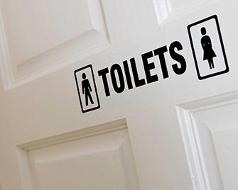 Oznaczenie toalety wydrukowane na drukarce etykiet QL firmy Brother przy użyciu taśm DK
