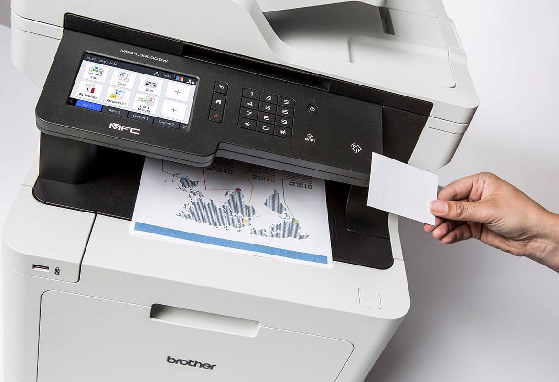 Osoba używa karty NFC do bezpiecznego drukowania dokumentów z wielofunkcyjnego kolorowego urządzenia laserowego Brother MFC-L8900CDW