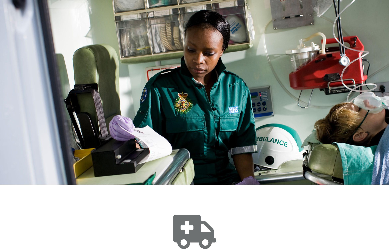 Wyniki pacjenta drukowane są na przenośnej drukarce PJ Brother przez ratownika medycznego w karetce pogotowia