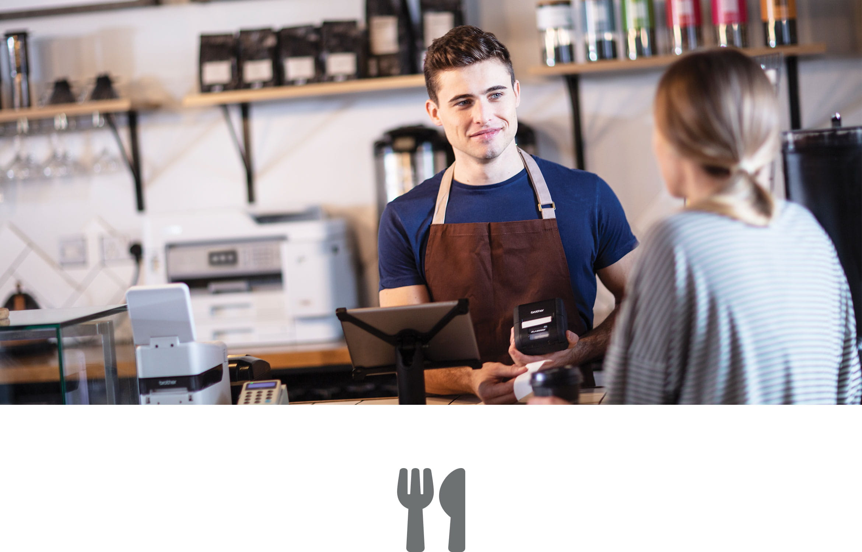 Mężczyzna w kawiarni obsługuje klientkę
