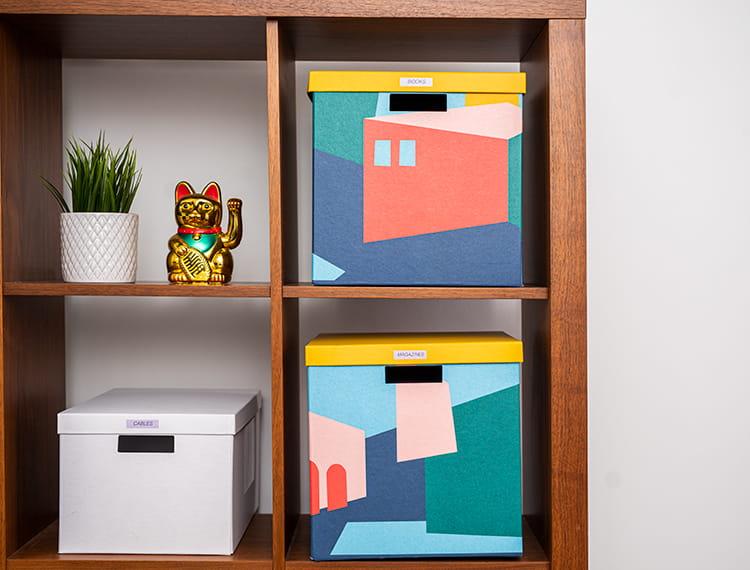 kwadratowa półka wypełniona pudełkami i akcesoriami