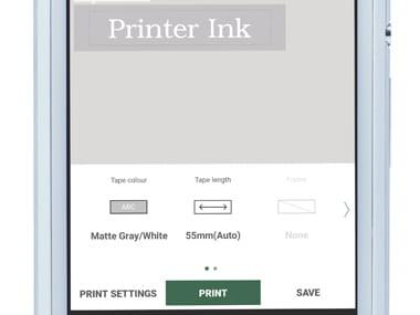 Aplikacja P-touch Design&Print powiększona na smartfonie, przedstawiająca etykietę w trakcie druku