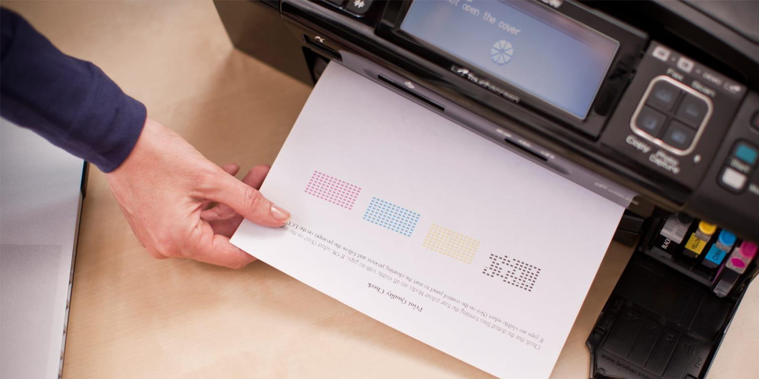 Osoba drukuje dokument przy użyciu urządzenia firmy Brother oraz oryginalnych materiałów eksploatacyjnych