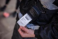 2-calowa drukarka mobilna RJ zawieszona na pasku na ramieniu funkcjonariusza organów ścigania