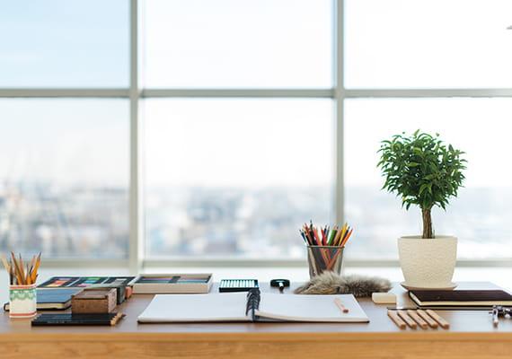 zdjecia biurka z otwarty notesem