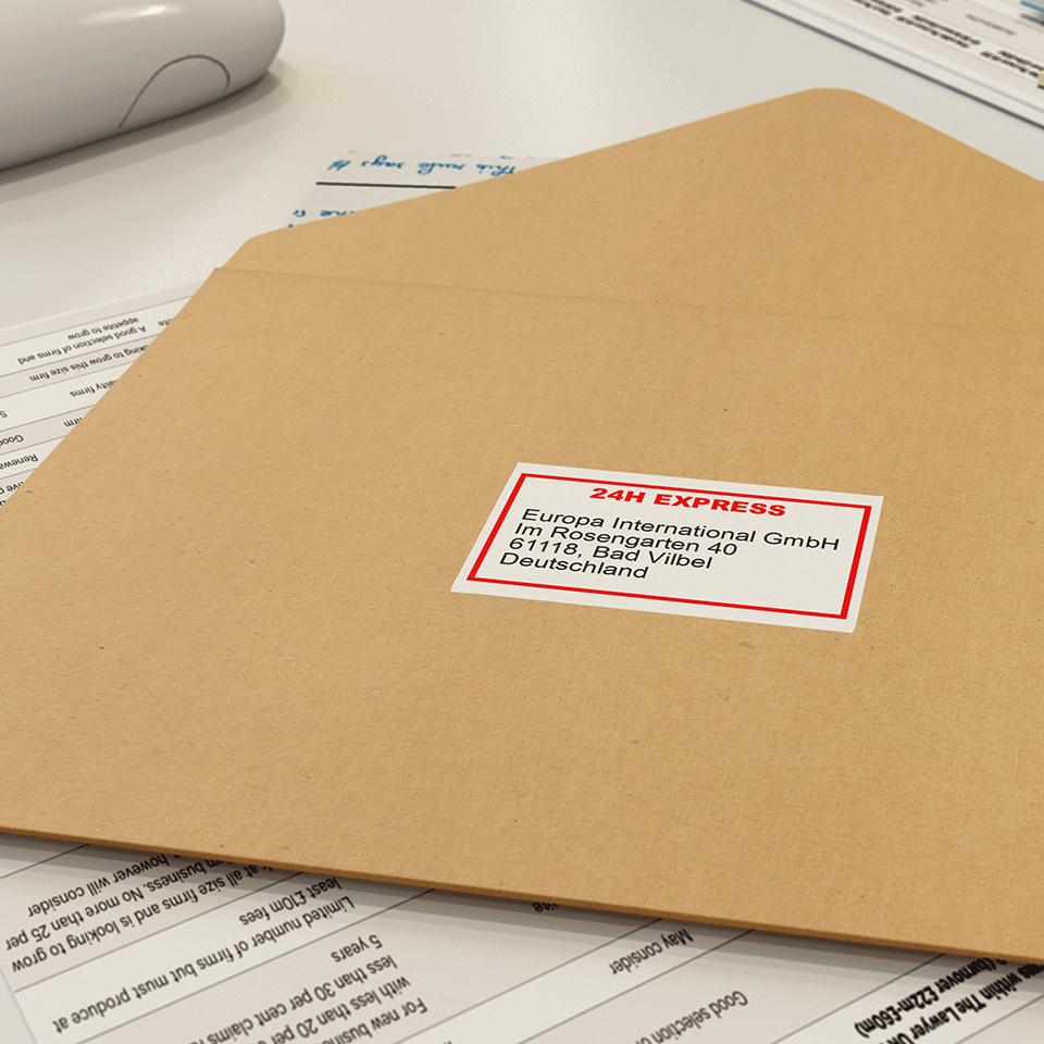 Oryginalna papierowa taśma ciągła DK-22251 firmy Brother. Nadruk w czerni i czerwieni na białym tle o szerokości 62mm. 2