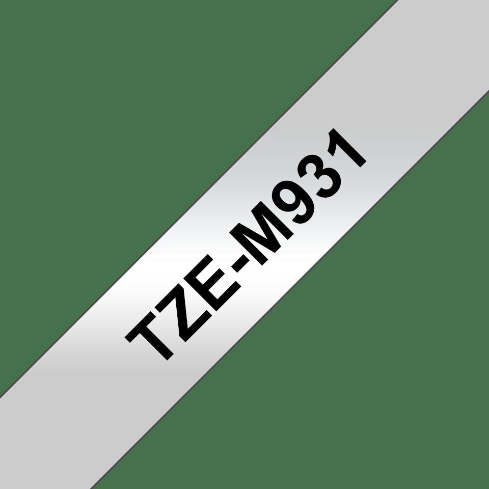 Oryginalna matowa taśma TZe-M931 firmy Brother – czarny nadruk na srebrnym matowym tle, 12mm szerokości 3