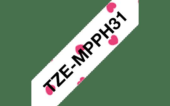 Oryginalna taśma TZe-MPPH31 firmy Brother – czarny nadruk na tle w różowe serca, 12mm szerokości 3