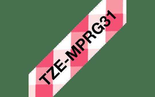 Taśma TZe-MPRG31 firmy Brother – czarny nadruk na biało-czerwonej kracie, 12 mm szerokości