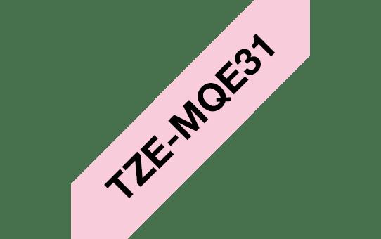 Oryginalna taśma do drukarek etykiet Brother TZe-MQE31 – czarny nadruk na pastelowo różowym tle, o szerokości 12 mm  3