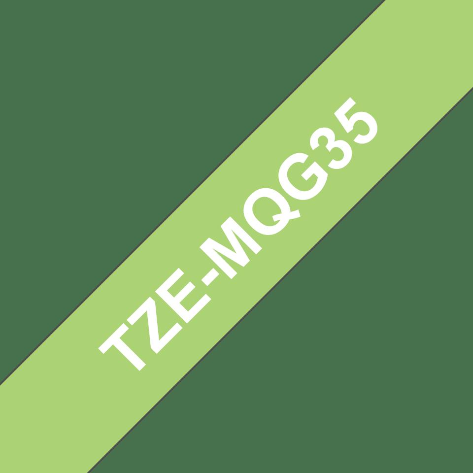Oryginalna matowa taśma TZe-MQG35 firmy Brother – biała na matowym limonkowym tle, 12mm szerokości 3