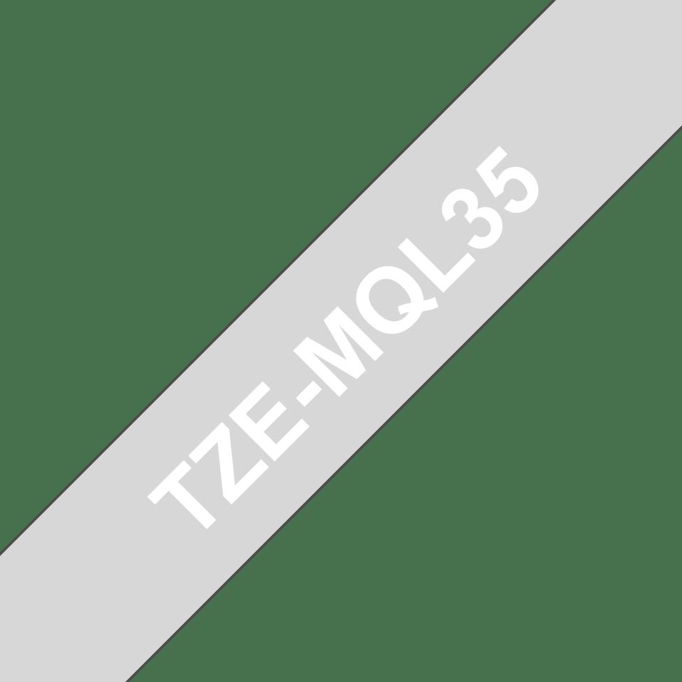 Oryginalna matowa taśma TZe-MQL35 firmy Brother – biały nadruk na matowym szarym tle, 12mm szerokości 3