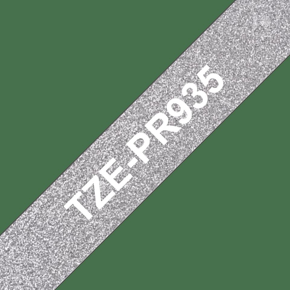 Oryginalna taśma premium TZe-PR935 firmy Brother – biały nadruk na srebrnym tle, 12 mm szerokości